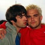 Robbie Williams z Liamem Gallagherem na festiwalu w Wielkiej Brytanii w 1995 roku